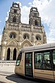 Cathédrale d'Orléans, tramway.jpg