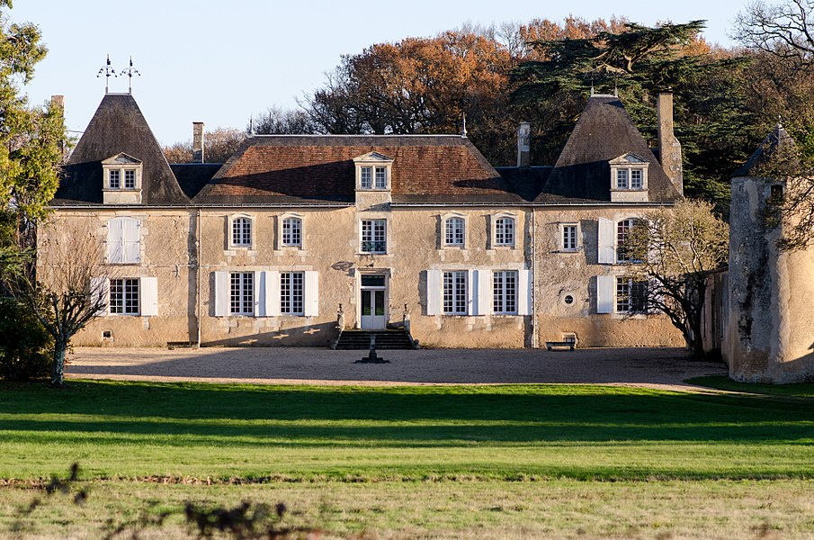 La façade du château de la Cigogne de Mignaloux-Beauvoir.