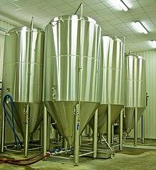 Moderni serbatoi di fermentazione.