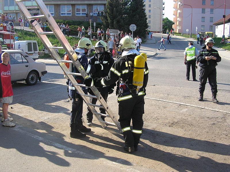File:Cvičení dobrovolných hasičů v Adamově 1.JPG