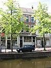 foto van Pand van parterre en twee verdiepingen onder dwars zadeldak tussen puntgevels