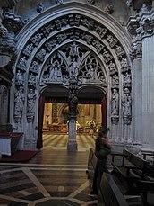 Detalle catedral de Oviedo puerta.jpg