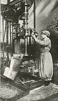 Donna operaia in industria bellica.jpg