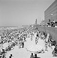 Drukbezocht strand met badgasten in strandstoelen (middenvoor zit een man met ee, Bestanddeelnr 255-1971.jpg