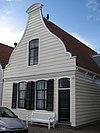 foto van Houten huis. Uit- en ingezwenkt 19e-eeuwse voorschot. Goede pui