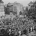 Een mensenmenigte verwelkomt de prins in Zwolle, Bestanddeelnr 900-2520.jpg