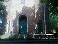 Eingang (Stirnseite) zur Kirche St. Maximilian in Duisburg-Ruhrort mit Fahnenmast.jpg