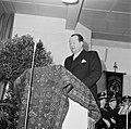 Fabrieksdirecteur Jan van Abbe staand achter een met tapijt bedekt katheder, Bestanddeelnr 255-8576.jpg