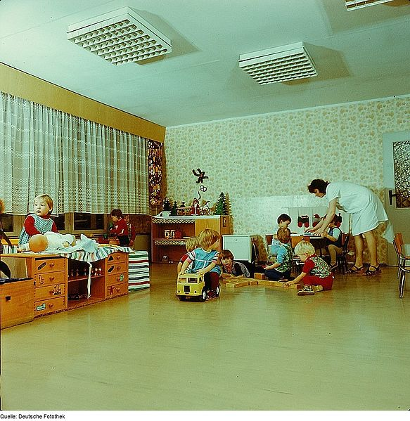 przedszkole - wychowaca i dzieci