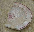 Fragment de plat envernissat de pasta blanca amb vernís transparent, segona meitat del segle XIX, Museu Soler Blasco, Xàbia.JPG