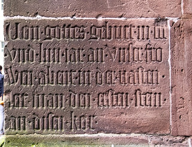Chorinschrift am Freiburger Münster. Quelle: Wikicommons, Nutzer: joergens.mi, Lizenz: CC BY-SA 3.0 (http://creativecommons.org/licenses/by-sa/3.0/).