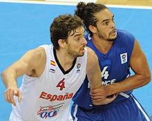 Joakim Noah défendant sur Pau Gasol lors de l'eurobasket2011