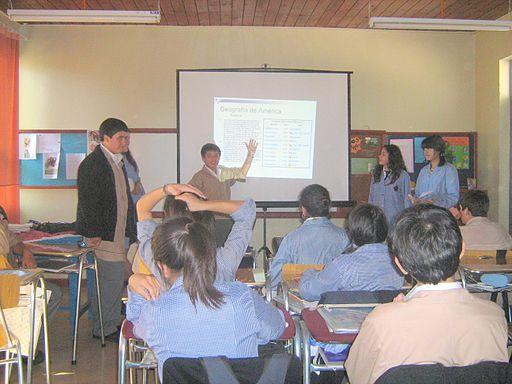 Grupo de estudiantes expone un powerpoint en Escuela Barreales, Santa Cruz, Chile