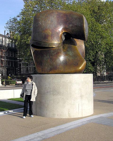 Henry Moore 479px-Henry.moore.locking.piece.arp.500pix