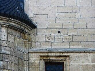 Hôtel de Sens - The 1830 cannonball lodged in the main facade.