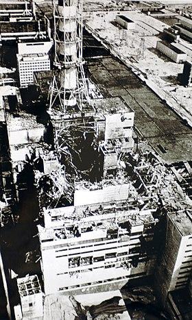 Bâtiment du réacteur no4 au lendemain de l'explosion.