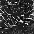Inleveren van wapens door de Duitsers Grote hoeveelheden Duitse mausergeweren w, Bestanddeelnr 900-3049.jpg