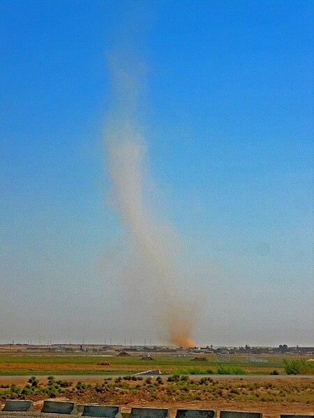 ファイル:Iraqi Dust Devil.jpg