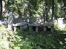 Geschändete Grabmäler der Familien Arnstein und Eskeles (Quelle: Wikimedia)