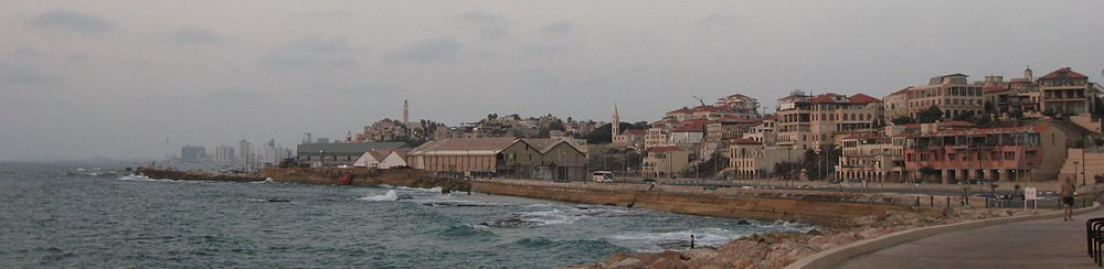 מבט ממדרון יפו לעת ערב - שכונת עג'מי ונמל יפו בקדמת התמונה; ומלונות תל אביב ותחנת הכוח רדינג ברקע