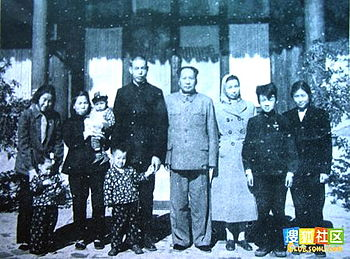 English: Jiang Qing, Mao Zedong with extended ...