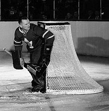 Photo noir et blanc de Johnny Bower, dans la tenue des Maple Leafs de Toronto.