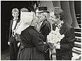 Jos Brink ontvangt bloemen van het VVV Zandvoort bij zijn musical Madame Arthur. NL-HlmNHA 54005748.JPG