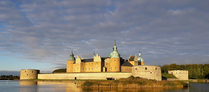 Kalmar Slott in the morning sun, October 2017.jpg