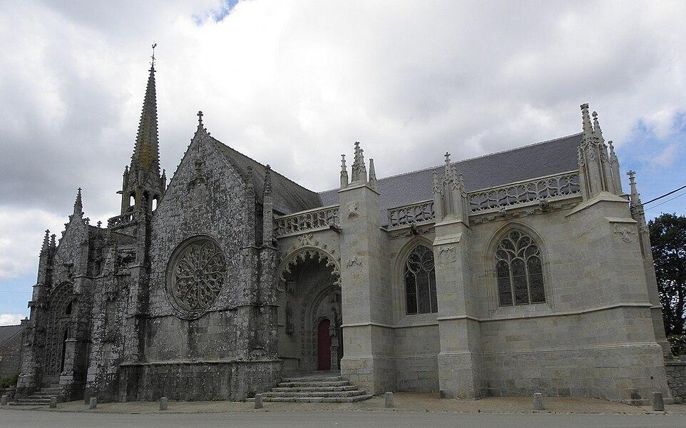 Flanc sud de la chapelle Notre-Dame de Kernascléden (56).