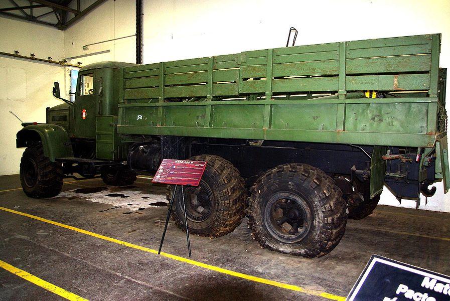 Camion soviétique KrAZ-255B exposé au Musée des Blindés de Saumur.