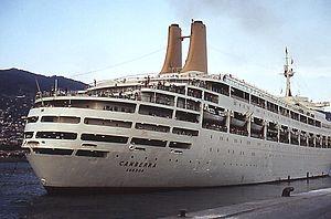 Kreuzfahrtschiff Canberra beim Anlegemanöver in Funchal - 1978.jpg
