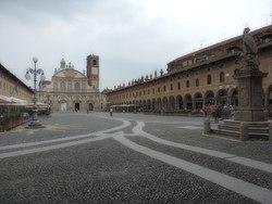 La piazza ducale e il Duomo di Vigevano.JPG