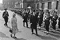 Links koningin Juliana, rechts met hoge hoed gouverneur-generaal Michener, Bestanddeelnr 924-4516.jpg