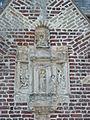 Lynde (Nord, Fr) église, sculpture sur la façade.JPG