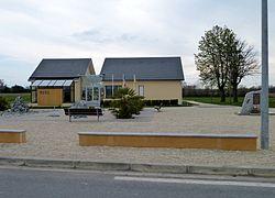 Mairie et monument aux morts d'Auriac (Pyrénées-Atlantiques).JPG