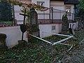 Malostranský hřbitov, náhrobky u jižní zdi a dům Duškova čp. 164 (01).jpg