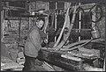 Man bezig met het vervaardigen van een midwinterhoorn, Bestanddeelnr 072-0671.jpg