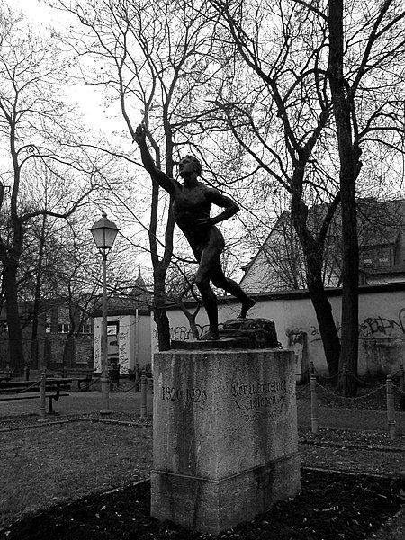 File:Marathonläufer von Max Kruse in Eisleben.jpg