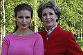 Maria ja Tamara Lund Vihreät Niityt musiikkitapahtumassa 2004.jpg