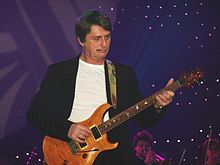 Mike Oldfield ludante dum la Night of the Proms en 2006.