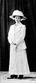 Mode. Ur kollektionen Vackra flickor förr i världen. Kvinna i vit långdräkt och hatt - Nordiska Museet - NMA.0033649.jpg