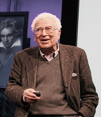 English: Murray Gell-Mann lecturing in 2007