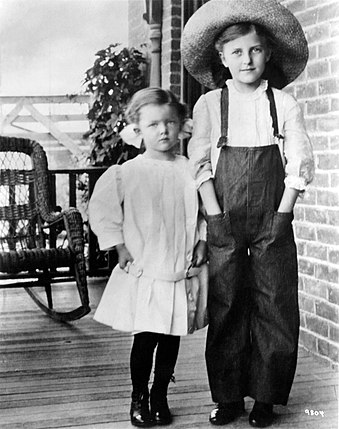 Loy (left) at age six, standing on her grandmother's porch in Helena, Montana, with her cousin Laura Belle Wilder (1911)