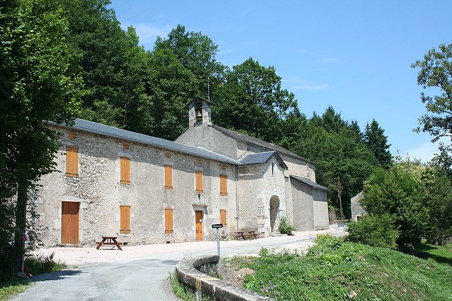 Nages (Tarn) - Église Saint-Pierre (créée le 30 January 1839) et presbytère (musée) de Tastavy. La marque jaune sur le parapet du pont est la limite entre les départements de l'Hérault (au premier plan) et du Tarn (coté église).