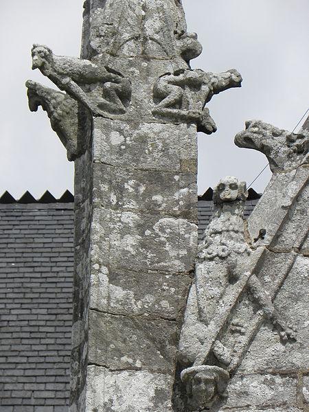 Porche sud de l'église Sainte-Noyale de Noyal-Pontivy (56). Sculptures du pinacle et du rampant ouest.