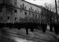 O palácio do Congresso em São Bento cercado por forças da polícia e infantaria da guarda Nacional Republicana que, por ordem do governo, impediu a reunião dos parlamentares.png
