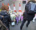 Ofrenda floral a las víctimas del atentado de Westminster de 2017.jpg