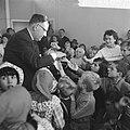 Opgeruimd staat netjes, kinderen ontvangen van Veldkamp e speldje in Den Haag, Bestanddeelnr 914-4857.jpg