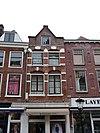 foto van Pand met gevel van een nieuwe top voorzien, natuurstenen banden in bogen boven vensters, dito blokken