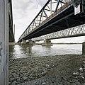 Overzicht oude verkeersbrug, schuin van onderen gezien met de andere bruggen aan weerszijden - Zaltbommel - 20384828 - RCE.jpg